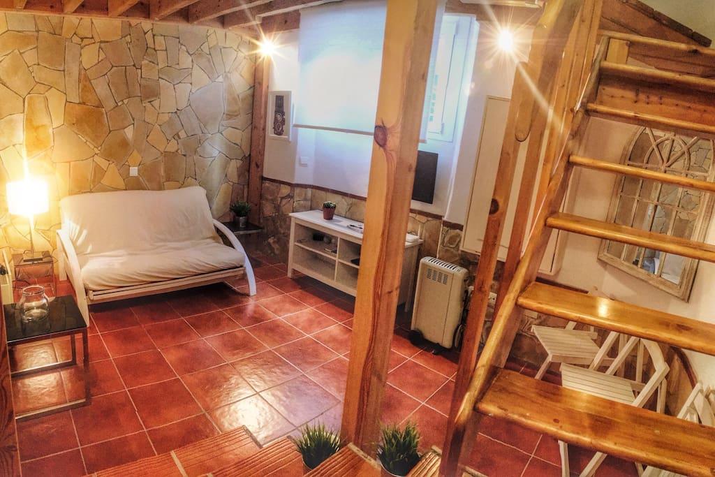 El salón del apartamento cuenta con un sofá cama, TV, mesa comedor, A/C, calefactor, reproductor de música y detalles que descubrirás en tu estancia,