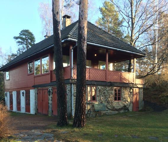 Hus m/sjøutsikt og hage nær Oslo - Bærum - Hus
