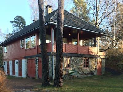 Hus m/sjøutsikt og hage nær Oslo