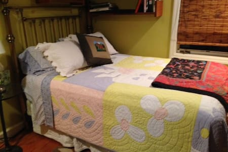 Charming, comfy + private bath - Livingston - Casa
