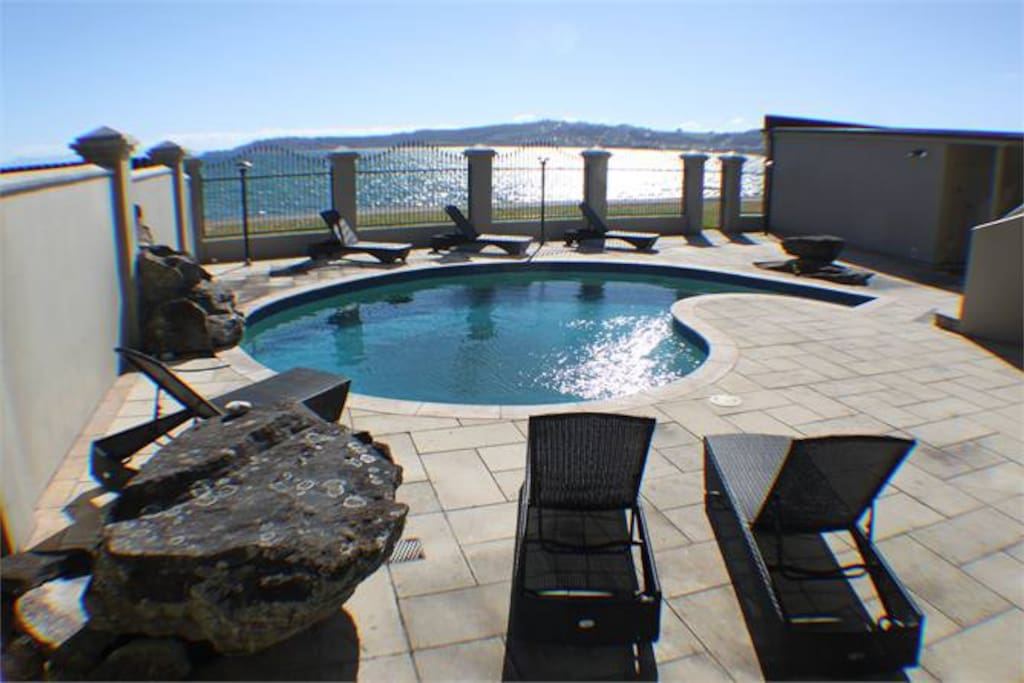 Lake front luxury taupo houses for rent in taupo for Minimalist house lake taupo