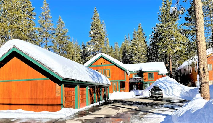 Cozy cute townhouse in the heart of Tahoe Donner!