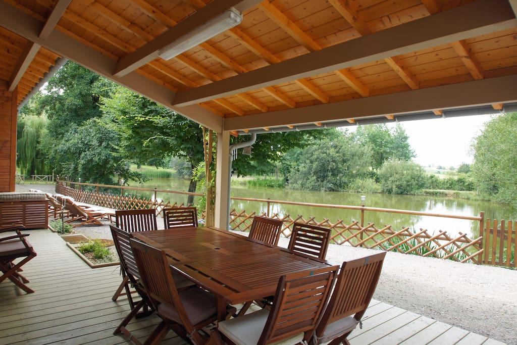 Terrasse couverte face à l'étang