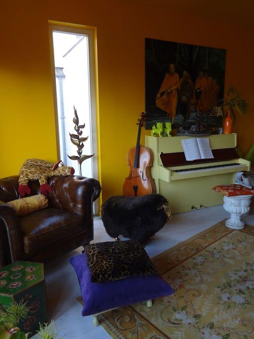 Wohnzimmer mit Herrnsessel, Piano, Cello und Gitarre (Livingroom with piano, cello and guitar)