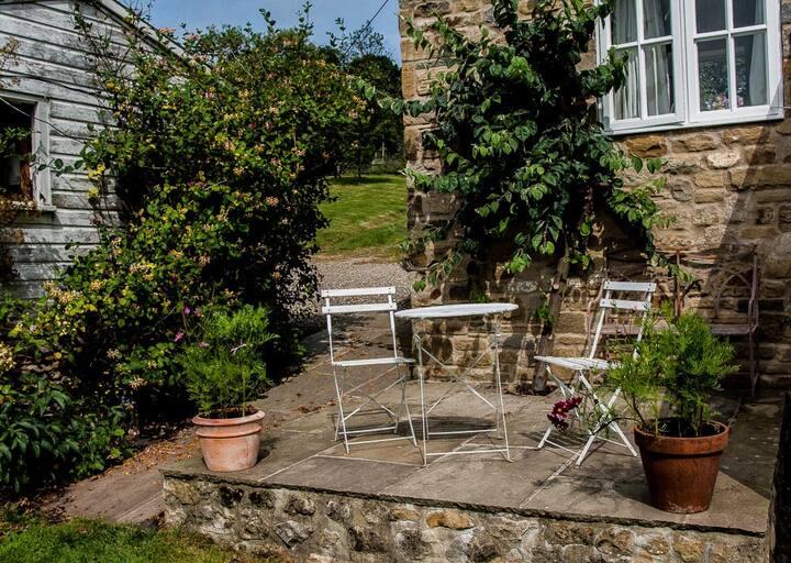 Pretty, cosy and private cottage...