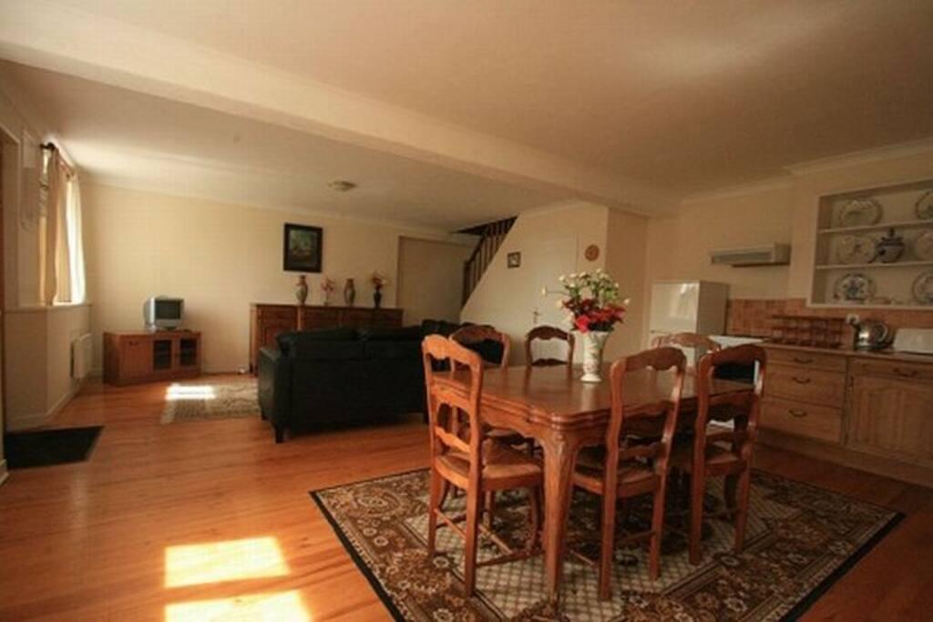 salon ouvert sur salle à manger et cuisine