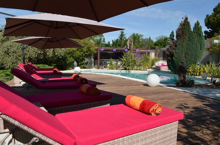 Studio indépendant dans belle villa avec piscine