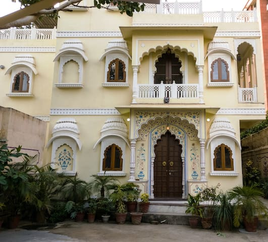 THE HAVELI - A HOME STAY (C-SCHEME) private rooms