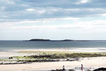 Cozy Beach Apartment, 2 min walk to the Sea!