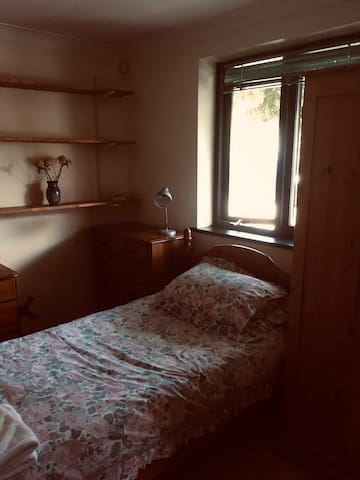 Single room in Drayton. House offers Lovely views.