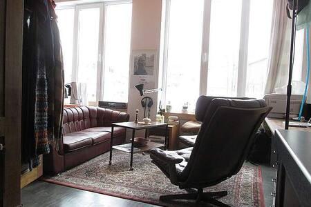 Alte Couch in kleinem Loft - Monaco - Loft