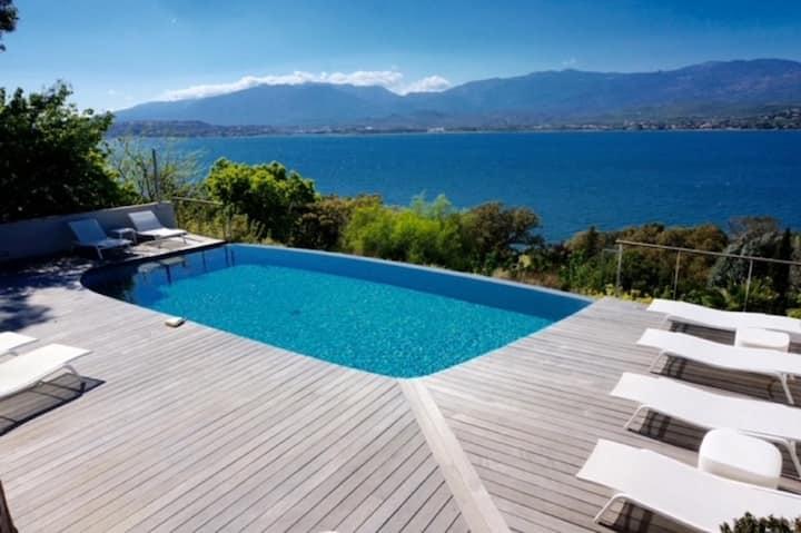 """Superbe villa """"les pieds dans l'eau"""" avec piscine"""
