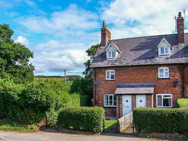 1 ORGANSDALE COTTAGES, family friendly in Kelsall, Ref 923789