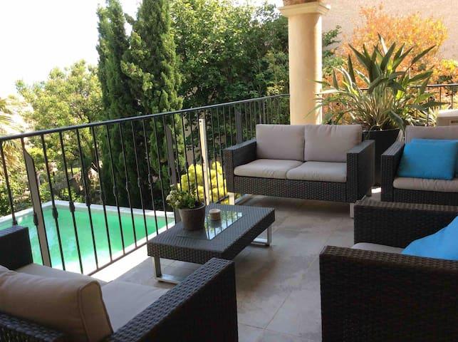 Votre terrasse privée couverte pour votre confort et détente.