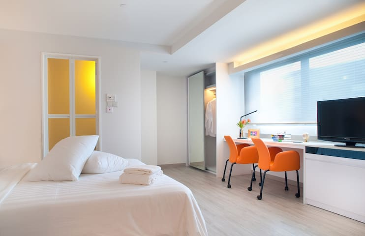 Studio serviced apartment in Bugis near subway
