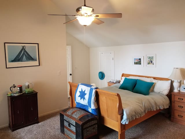 Ocean View Master Suite One Block From Beach