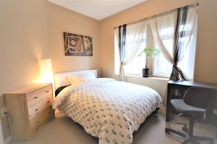 Comfort Private Room near Airport, Square One. - Mississauga