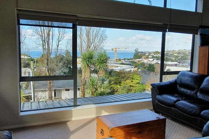 Browns Bay, private deck, walk to to beach & shops