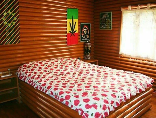 ห้องนอนชั้นล่าง มีเครื่องปรับอากาศ และโต๊ะกระจกสำหรับคุณสุภาพสตรี