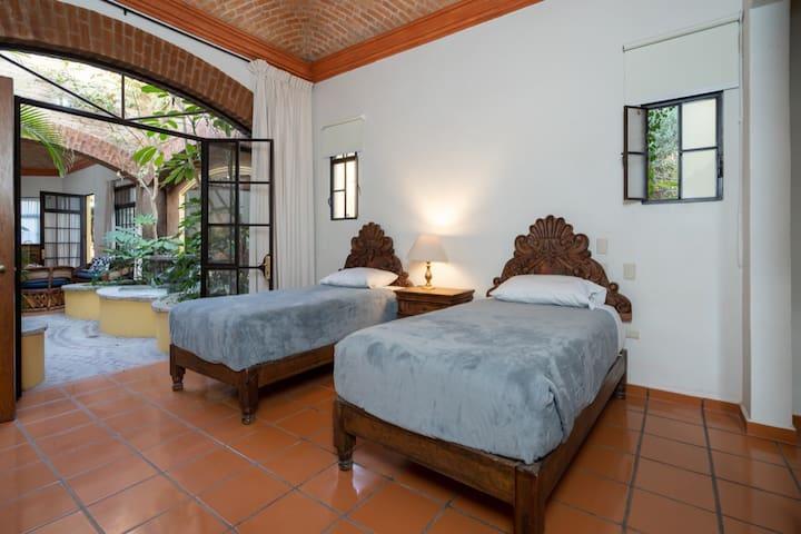 2da recámara con 2 camas individuales y baño completo / 2nd Bethroom with 2 single size beds and a complete bathroom