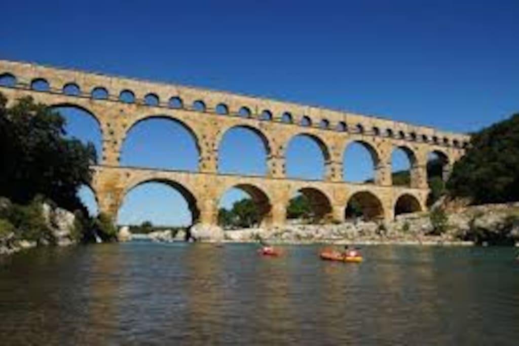 Pont du Gard et Duché d' Uzès à proximité