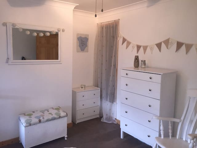 One Double Room in a  Cosy 3 bed house.