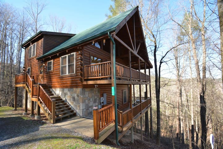 Great Family Retreat in Wears Valley - Spacious, Hot Tub, Game Room, Great Location, Sleeps 10