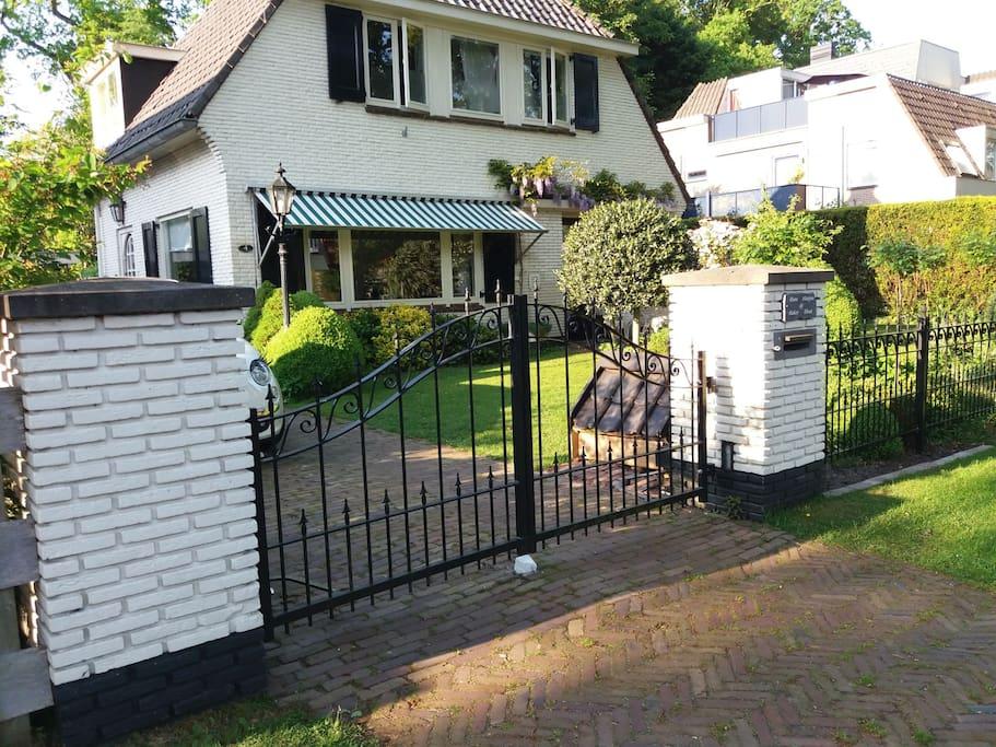 Entree van ons huis. Uw auto staat  veilig achter de elektrische poort.