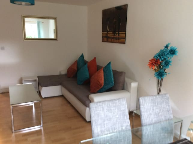 Central 2-bed ground floor flat, sleeps 6, parking