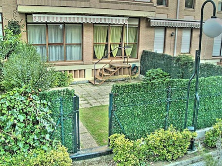 Jardín de 60 m2 con toldo, hamacas y entrada directa del exterior