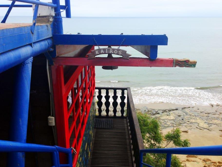 Entrada para la habitación Kairos/ Access stairs to the log cabin Kairos