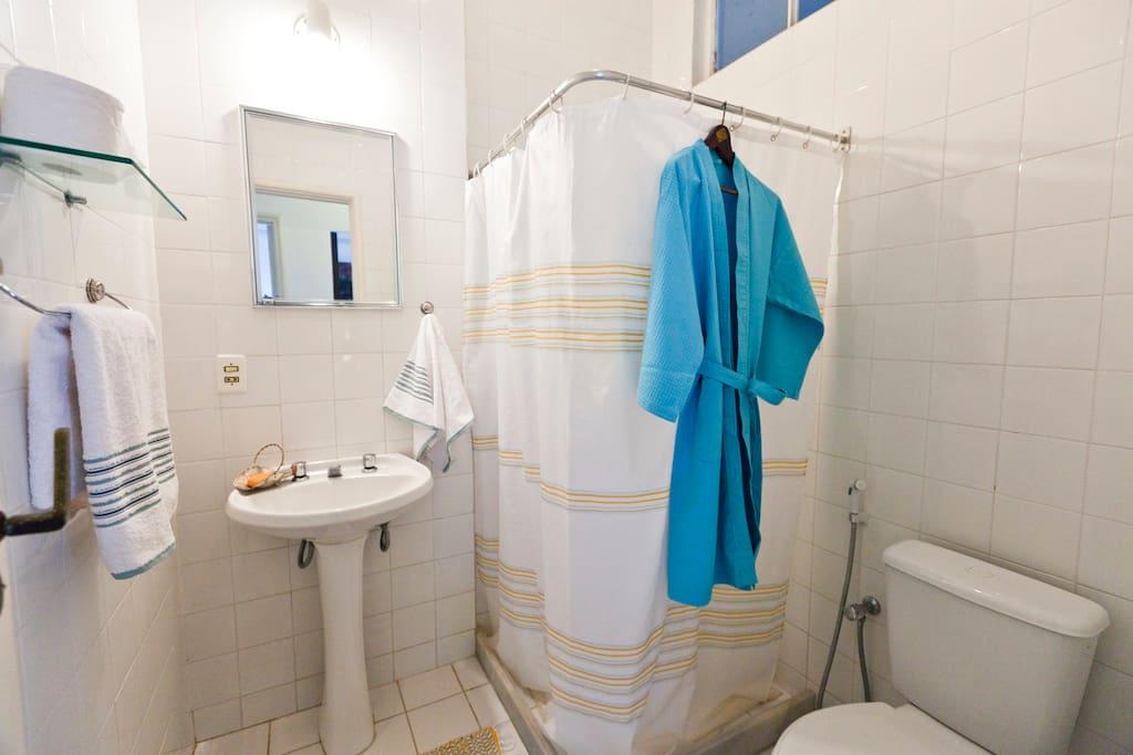 Banheiro com ducha de boa pressão e aquecimento á gás.