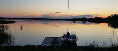 Sjötomt i Roslagen med havsutsikt och roddbåt.