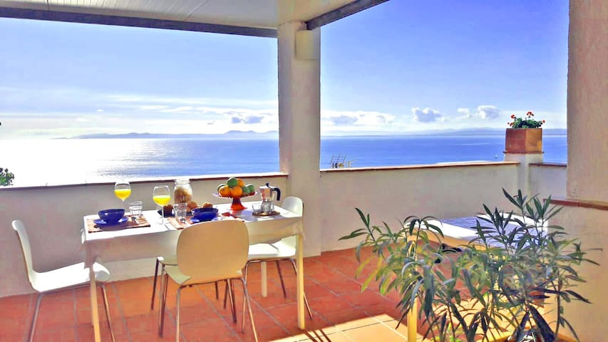 Desanyuno con encanto en la teraza solarium superior con mesa sillas y tumbonas par tomar sol