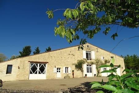 Gîte La Sellerie, dans un très bel environnement ! - Saint-Sernin - บ้าน