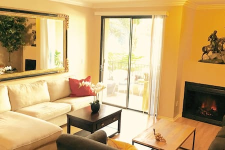 Heart of Hollywood - Private Bed, Bath & Parking - Los Angeles - Apartment