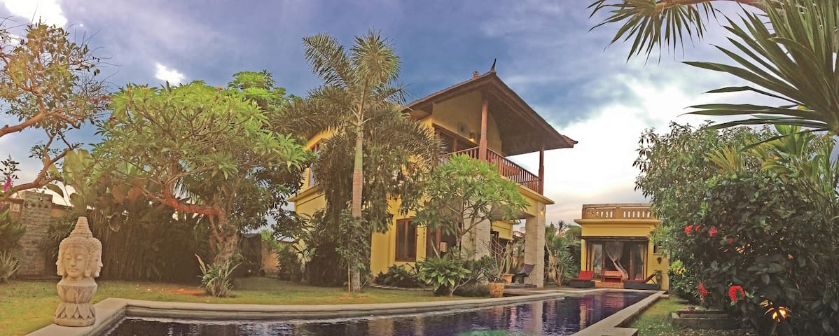 Poolside Private Guest House - Blahbatu - Casa