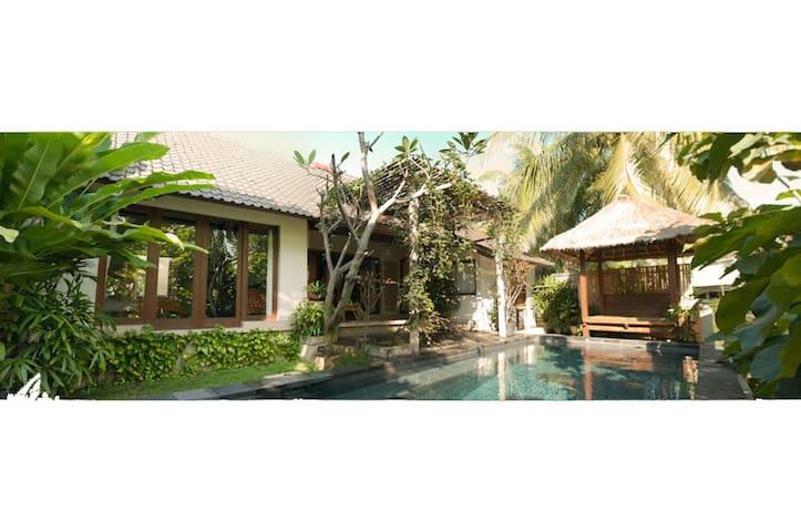 Private Villa Nyoman mit Pool
