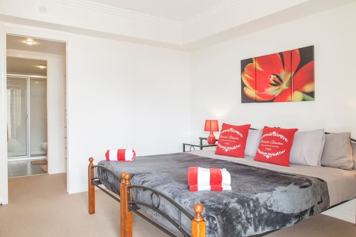 Master bedroom with ensuite  (can also be set up as two twin beds)