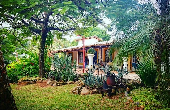 Linda Casa Colonial 100 mts da Praia da Feiticeira
