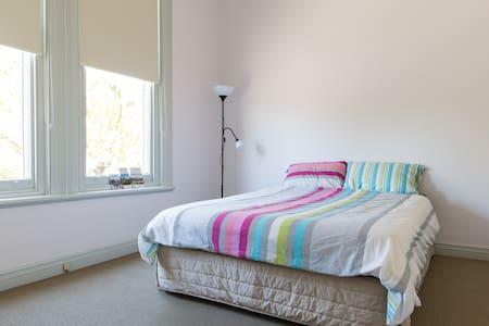 Sunny, spacious suburban house! - Ascot Vale