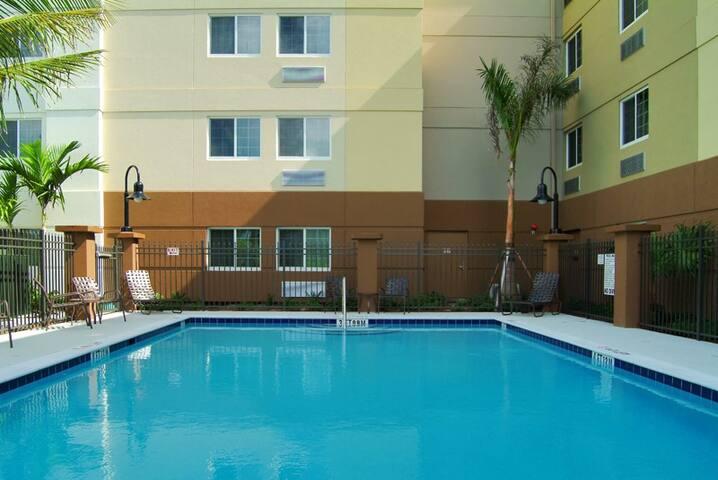 One Bedroom Queen Suite (D) - Fort Myers - Muu