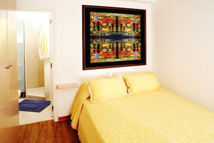 Schlafzimmer und Duschbad