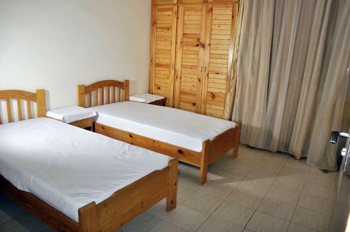 vue chambre N2 avec deux lits . aération   brise marine