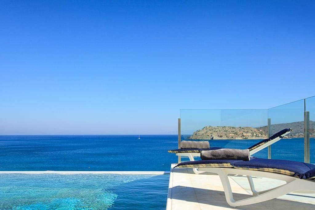 Pool view to the sea