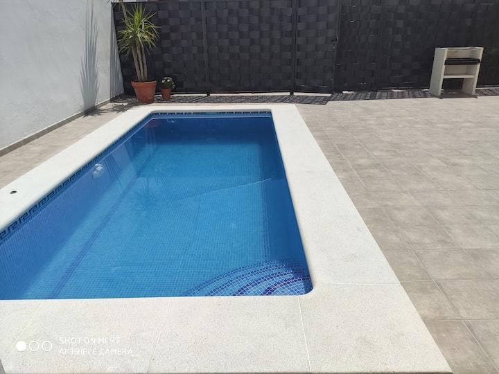 Gran casa con piscina y patio