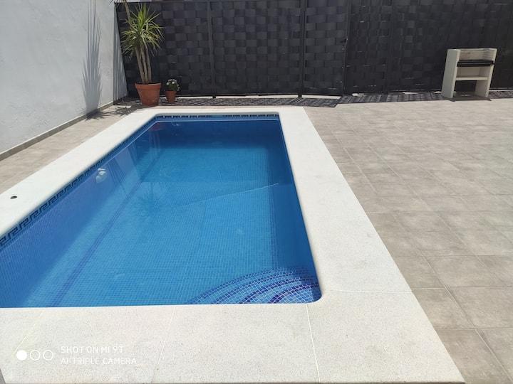 Gran casa con piscina y patio