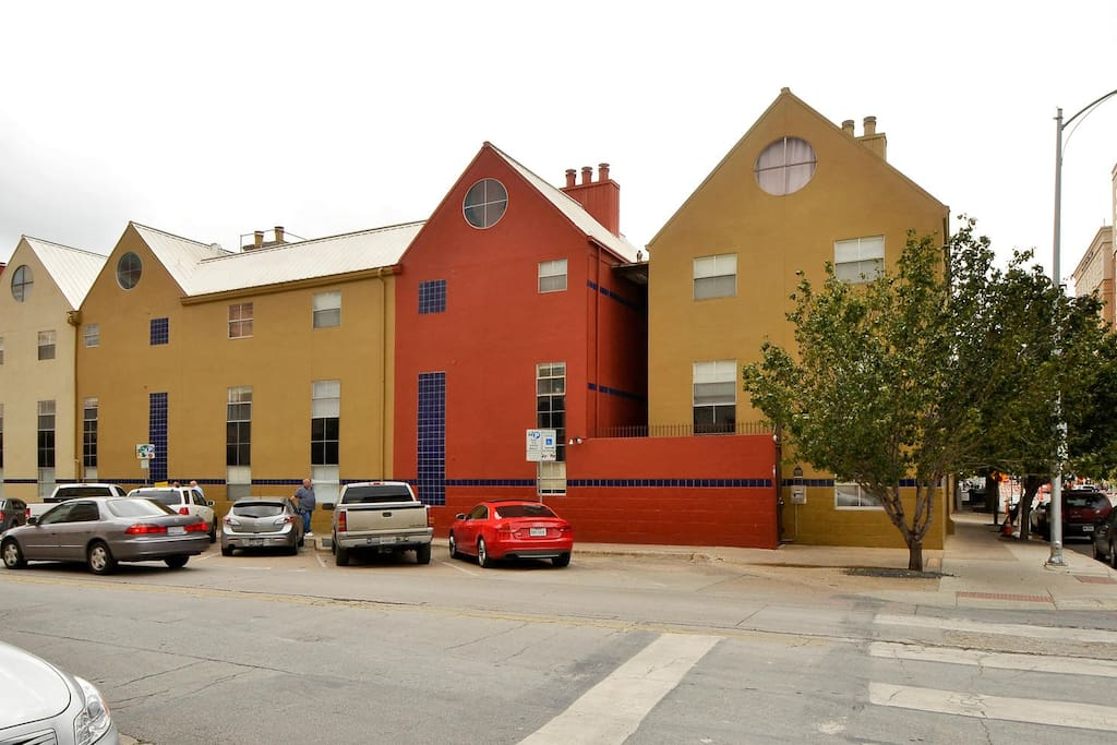 Located in Railyard Condos, this home is centrally located in downtown Austin.