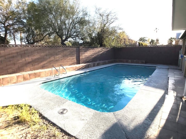 4-bedroom house w/ pool 15 mins from strip