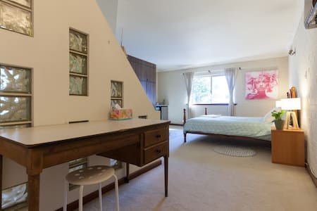 Whole floor to self, own bathroom, close to STUFF! - Nedlands - House